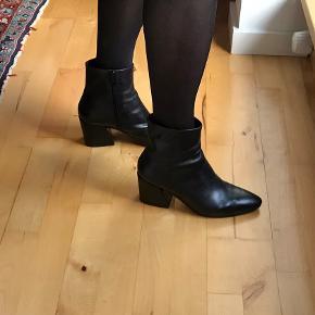 Sort støvlet med forholdsvis lav hæl. Kun brugt 2 gange. Fin til jeans som til kjole.