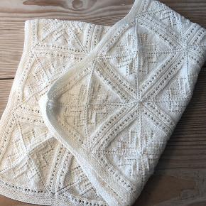 Flot barnevognstæppe. Det er hjemmestrikket i dejlig uld som ikke kradser. Ikke brugt.