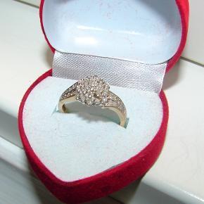 Guld ring med små diamanter samlet er der 0,33ct. Ringen er en størrelse DK 54 / 17.2 mm. Er i 9 karat guld og har alle stempler for guld og diamanter.