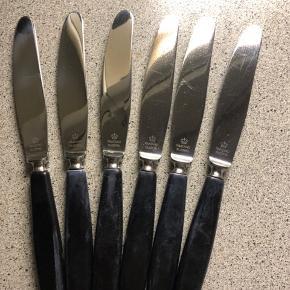 Meget velholdte Raadvad knive med sort skaft. 6 stk. 40 kr. pr. stk. eller dem alle for 200 kr. 🌸