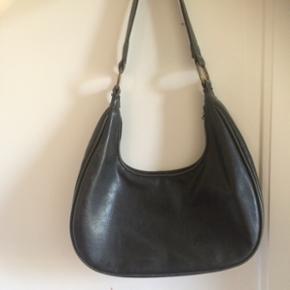 Fin taske fra Dubai. Brugt, men standen er pæn. Lynlås dog delvist faldet af - kan sikkert laves. Virket fint! Inderlomme! Overvejer salg - BYD bare!