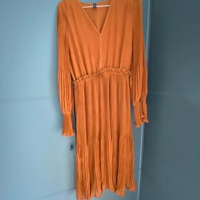 Har for mange kjoler og har derfor ikke fået taget denne i brug.  Byd  gerne 😊