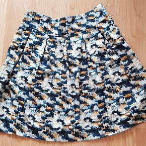 Sød nederdel af mærket ENGLYST. Måler i længde ca 52 cm fra livet og ned. Livet: ca 78 cm Har lynlås i siden. 100% puma cotton Vaskes ved 30 grader 50 + porto MP
