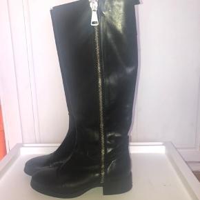 Fede lange støvler fra Zara i ægte læder. Ligner de er nærmest nye. Nyprisen var 1000kr