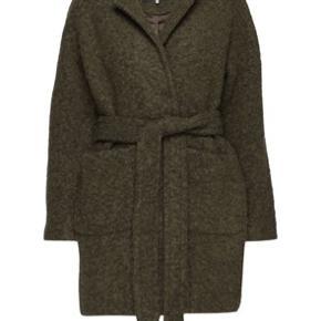 Fin uld boucle jakke fra ganni Den ene lille snor der skal holde bæltet i den ene sidde er gået i stykker. Kan nemt syes.