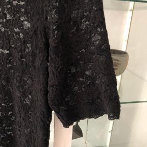 Smuk Rosemunde kjole med 3/4 ærmer.