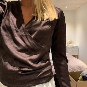 Aldrig brugt.  Rigtig fin bluse i super lækkert stof. Har en lille lynlås på siden. Bare byd!!