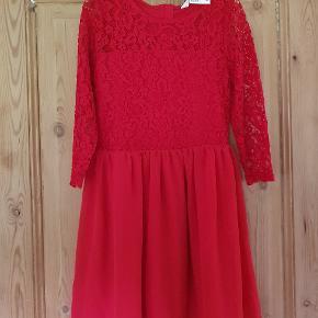 Sød kjole fra H&M str hedder egentligt 146, men den er meget lille I str, derfor fik vi den ikke brugt Jeg har vurderet den til at passe str 134 75 kr