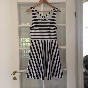 🌸 Fin stribet kjole str. S Aldrig brugt og stadig med mærke.   Kan hentes i Odense sv eller sendes mod betaling af Porto :)