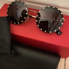 Super fede solbriller fra Valentino. Brugt 2 gange. Uden ridser el spor af brug.