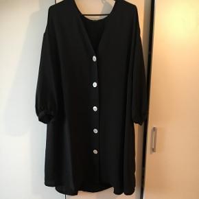 Sælger denne fine kjole fra monki i str xl. Den er super fin jeg har bare for mange kjoler. ☺️