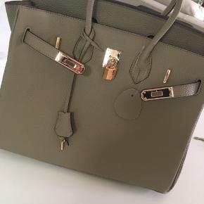 Virkelig flot stor og rummelig taske sælges da den ikke lige er mig. Det er ægte læder og er helt ny, aldrig brugt.  Rigtig god som rejse taske, eller evt som arbejdstaske. Der er rigelig plads til bærbar mm.  Kan sendes med dao ved ønske