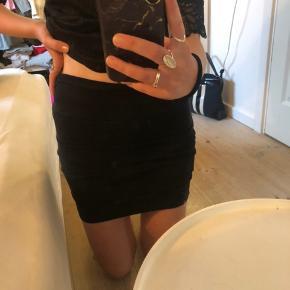 Sød nederdel med lynlås bagpå
