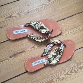 Sandaler/klip-klappere fra Steve Madden. Brugt enkelte gange og er i god stand. Størrelse 8,5, hvilket svarer til en størrelse 39.