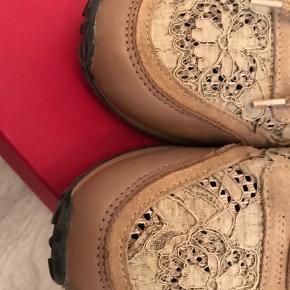 Super flotte valentino garavani blonde sneakers i beige med rød hæl.  De er lidt store i størrelsen. Jeg er normalt en str 39 og de passer mig perfekt  De er stort set ubrugte og har ingen ridser eller tegn på slid Bytter ikke