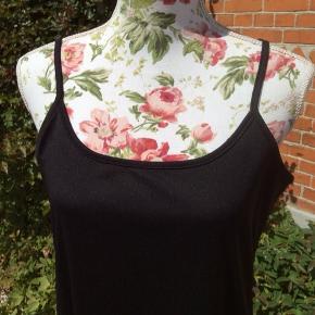 Slids forneden i siden Længde ca 142 cm inkl strop Bryst ca 48-56 cm 100% polyester