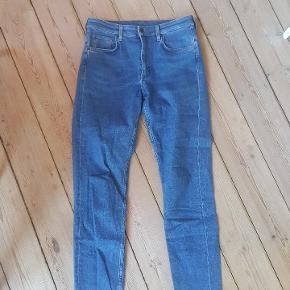 Jeans fra COS med slimfit i str. 30. Alm. længde.