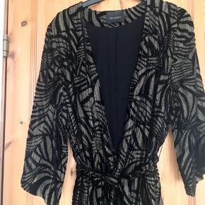Smuk kimono fra Gestuz i str. xs/s med bindebånd og gennemsigtige ærmer. Sort velour med guldprægning. Fed over et par jeans og flot til en kjole!  Jeg foretrækker at handle via Trendsales og sende med DAO. Alternativt via MobilePay.  Køber betaler gebyr og fragt.