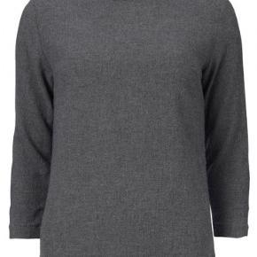 Blød klassisk ulden bluse fra Gustav med 3/4 langt ærme.  Har en fin lille V udskæring på den runde halsudskæring.  Lille indsnit ved brystet.  Har lang kraftig lynlås på ryggen.  Kvalitet:70% viskose og 30% uld.  Brystvidde ca 2 x 48 cm Ryglængde ca 60 cm Blusen har aldrig været brugt.