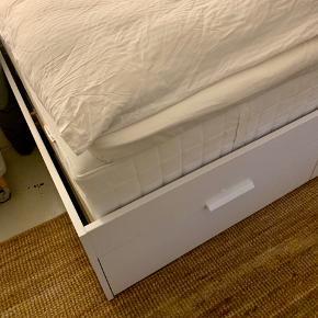 Lækker seng fra ikea med den bedste madras man kan få og lameller der tilpasser sig kroppens form. Der er også tilhørende topmadras der er varme regulerende og former sig efter kroppen. Sengen og madrasserne er et år gammel og sælges pga flytning. Sengen har to skuffer på hver side med plads til opbevaring! Det er en halvandenmandsseng ☺️
