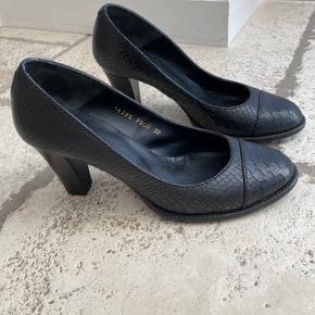 Super flotte sko. Brugt en enkelt gang så fremstår virkelig fine.