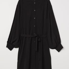 ANNA GLOVER x H&M  Kjolen har lange, ballon-ærmer og knapper + aftageligt bindebælte i taljen :-)