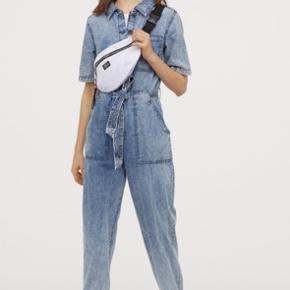 Denim buksedragt fra H&M, kun brugt i omkring en time men den er desværre ikke lige mig alligevel, derfor sælges den. Den er udsolgt på deres hjemmeside og i de fleste butikker