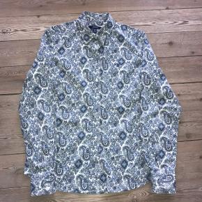 Som ny. GANT skjorte (blå) i str. 40 - svarer til SMALL. Ny pris : 799 kr.