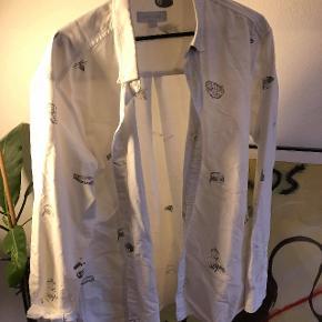Soulland skjorte med forskellige broderede illustrationer.