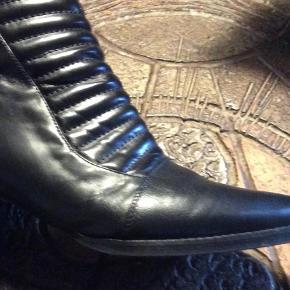 Brand: OFFI Varetype: Støvletter Farve: Sort  Meget flot skindstøvle i det blødeste skind. Lynlås i hælen. Fin lille hæl