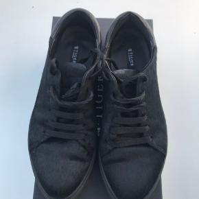 Lækre sneakers fra Tiger Of Sweden. Brugt få gange og fremstår i pæn stand. Materiale er skind sneakers belagt med ponyhair. Nypris 1.700,00.
