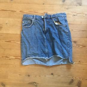 Mørkeblå cowboy-nederdel 🦋  Fra H&M og en str. 38 - kan passes imellem str. 36-38.  OBS: jeg hverken bytter eller tager tøj retur igen.  Skriv gerne for mere information eller billeder!  Handler med DAO 🐚 Tager også imod seriøse bud. 🌟