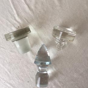 Smukke glaspropper  Den store måler:  Højde: 5,5 Diameter top: 5,8 cm Diameter bund: 4 cm  Medium størrelsen måler: Højde: 5 cm Diameter top: 5,3 cm Diameter bund: 3 cm  Blå glasprop måler: Højde: 9,5 cm Diameter bund: 3 cm