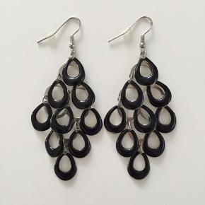 Super fine sorte chandelier øreringe, der lige giver prikken over i'et til det perfekte party outfit 👌
