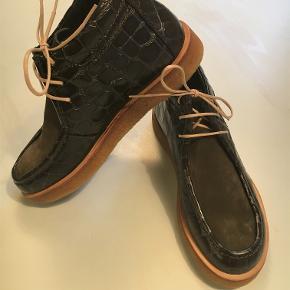 Fantastisk Angulus kort støvlet, i lækreste kvalitet og med fine detaljer. Mørk olivengrøn. Nubuck/Kroko. Blød og funktionel.