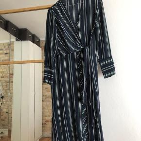 Flot stribet kjole fra Zara :-)  Den sælges for 100 + porto eller kan afhentes på Østerbro :-)