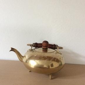 Lige før man er i østen når man sænker sit blik på denne fine te kande i messing. Dog kun til pynt og en tur i drømmeland 🤷🏽♀️65kr