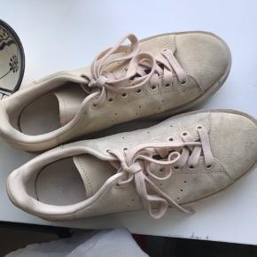 Stan Smith sneakers i en høj model i rosa ruskind.   Skoene er brugt meget få gange og fremstår derfor i en god stand.