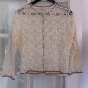 Råhvid blonde cardigan fra Heartmade med små guldknapper.  Brugt en enkel gang