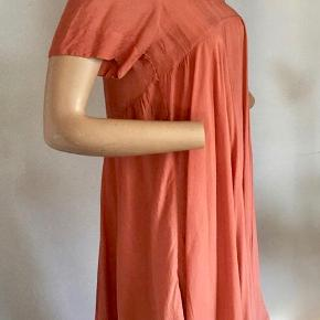 Fra PULZ : Super lækker kjole som er fantastisk med et par stiletter, men også ud over leggings eller slimfit bukser. Smuk med masser af læg og vidde. Lidt kortere i siderne end midt for og bag. Kort ærme og den fineste halsudskæring. Brugt en enkelt aften og skånevasket. Kjole - style Nadia Farve: Som foto Oprindelig købspris : 950,- Sender gerne på købers regning : DAO 39,-