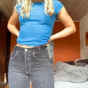 Askegrå/sorte Levi's Jeans Købt i en highend vintagebutik i Paris Model: stramme jeans med lige ben - lidt stumpede med rå kant  Dette er til alle de lave piger🙋🏼♀️ Jeg er selv omkring 163 cm og mine mål fra hofte til hofte er 31 cm  #secondchancesummer