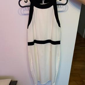 Super elegant kjole fra h&m, kan også passes af en M. Den er super flot til en barnedåb, eller bare en hyggelig grill dag. Kommer fra et røgfrit og dyrefrit hjem.