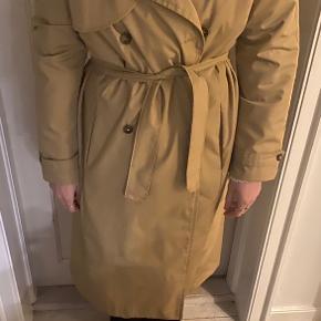 Sælger denne smukke vintage trenchcoat. Er en super overgangsfrakke og fremstår i perfekt stand 😊