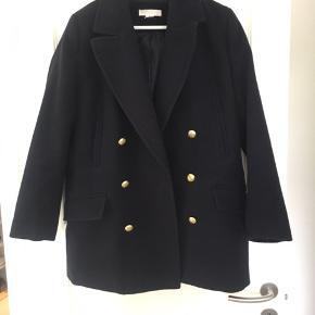 Super fin overgangs-jakke.  Størrelse ca. 40, men passer 38.  Mørkeblå og i super fin stand - brugt et par gange.