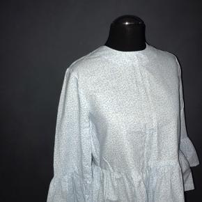 Det er en ultra fin bluse, som jeg ville elske at have i en større størrelse. Der er ingen pletter eller huller, den er næsten som ny!