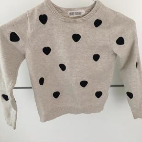 Sød og blød sweater med sorte små hjerter.