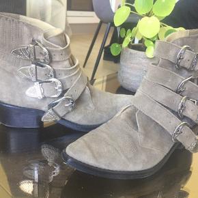 Passer en normal str 36. Farven er en beige, men med grønt skær. Fed støvle som giver et råt men feminint look.