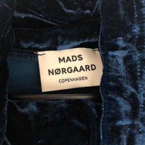 Brugt en gang. Trøjen har aldrig været solgt i butikken, og der findes kun denne.