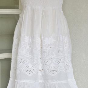 """100 % NY med tag: Flot kjole fra """"Indian Imperium"""" i broderet bomuldsstof. Nederdelen er i to lag stof og den er ikke gennemsigtig. Overdelen er med elastik og med regulerbare stropper.  Brystvidde: 42-54 cm x 2 Livvidde: 42-54 cm x 2 Længde: 90-100 cm  Ingen byt og prisen er fast"""