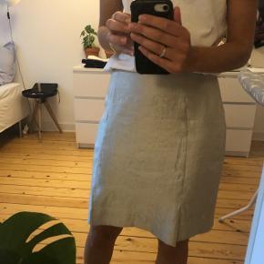 Sølv nederdel med slids og lynlås metallic